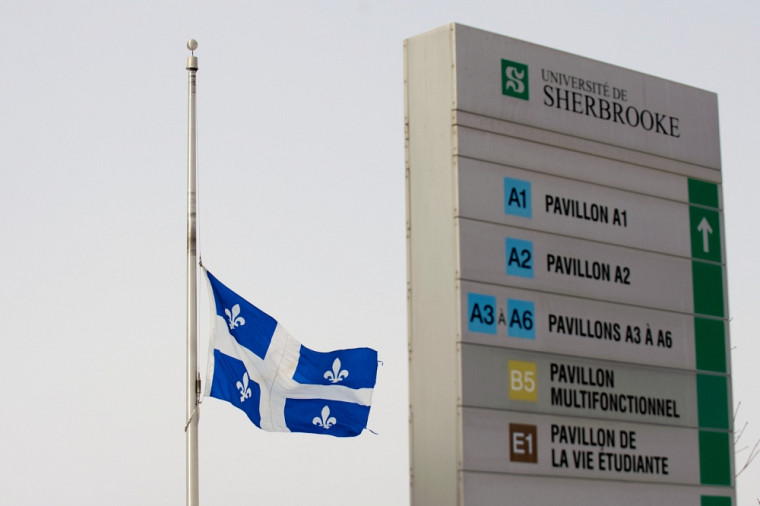 L'Université de Sherbrooke a mis son drapeau en berne comme geste de solidarité avec la France.