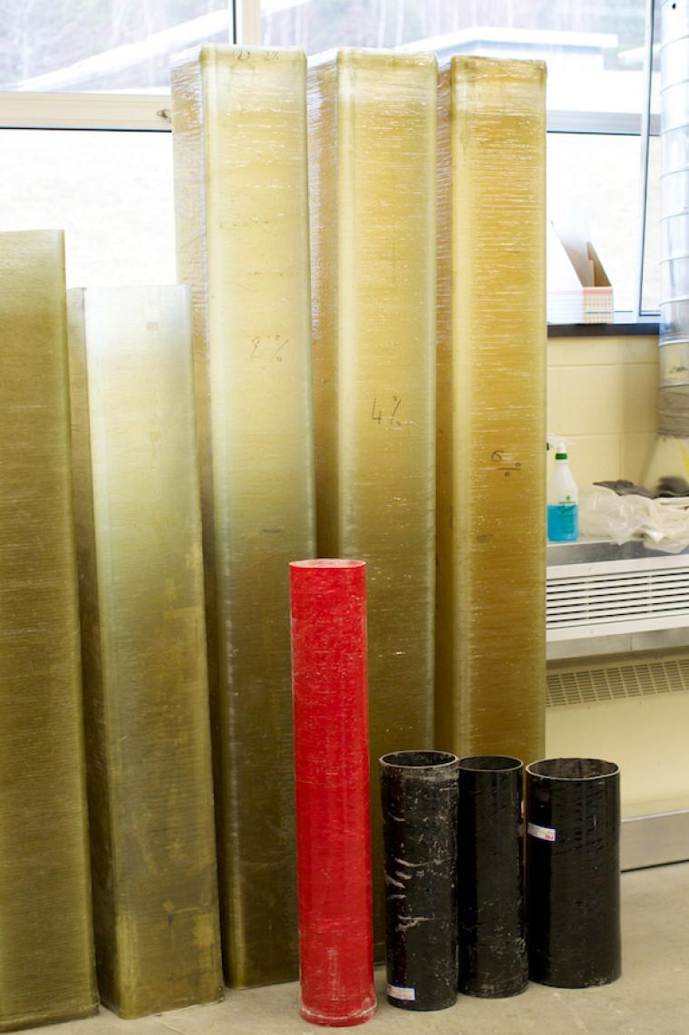 L'utilisation des PRF comme coffrage permanent, intégré à la structure en béton armé, élimine complètement le coffrage temporaire en bois ou en acier, ce qui permet une économie substantielle des coûts d'opération de mise en place et de décoffrage. On élimine aussi les étriers, puisque le béton est complètement confiné à l'aide des tubes en PRF.