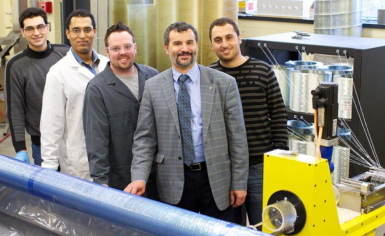 À l'avant, Radhouane Masmoudi, entouré de son équipe de recherche.