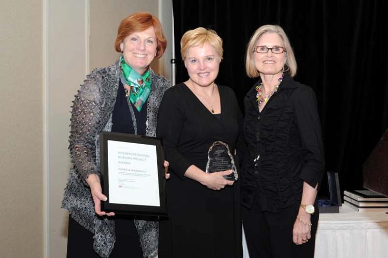 Mme Kathryn Raymond de la pharmaceutique Purdue, Pre Patricia Bourgault et Pre Judy Watt-Watson, présidente du Canadian Pain Society lors de la remise du prix à Winnipeg le 9 mai dernier.