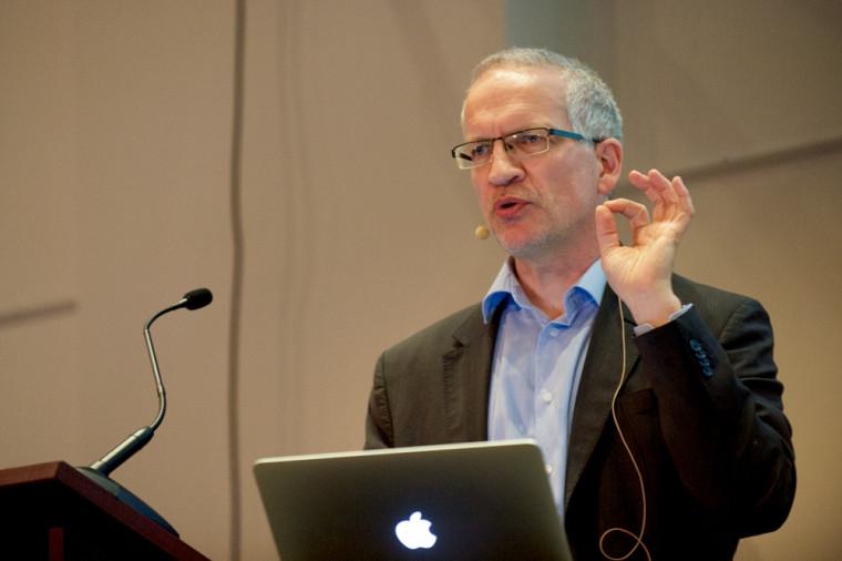 Le Professeur David Sénéchal présente sa conférence De la guerre chaude à la guerre froide : la course à l'arme nucléaire.