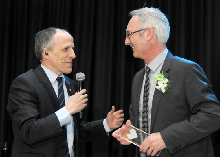 M. Carol Fillion reçoit son prix des mains du doyen Pierre Cossette.