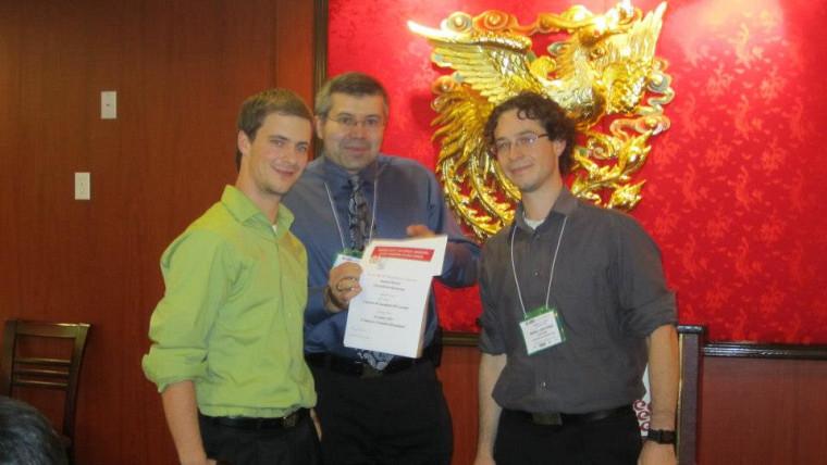 Samuel Mercier, Milan Maric, directeur des prix de la Société canadienne de génie chimique, et Marc-Antoine Lauzon.