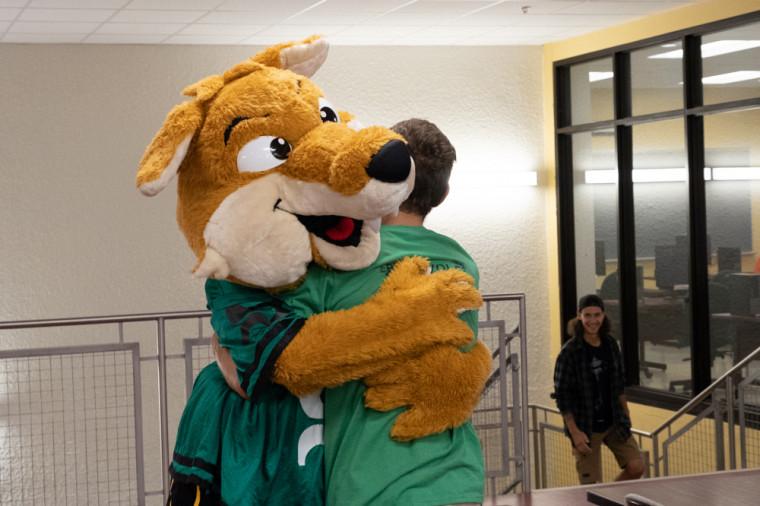Lors de la Semaine de la joie, qui vise à réduire le stress en période d'examens, des étudiants et étudiantes reçoivent des câlins d'encouragement de la part de la mascotte Sherlo.