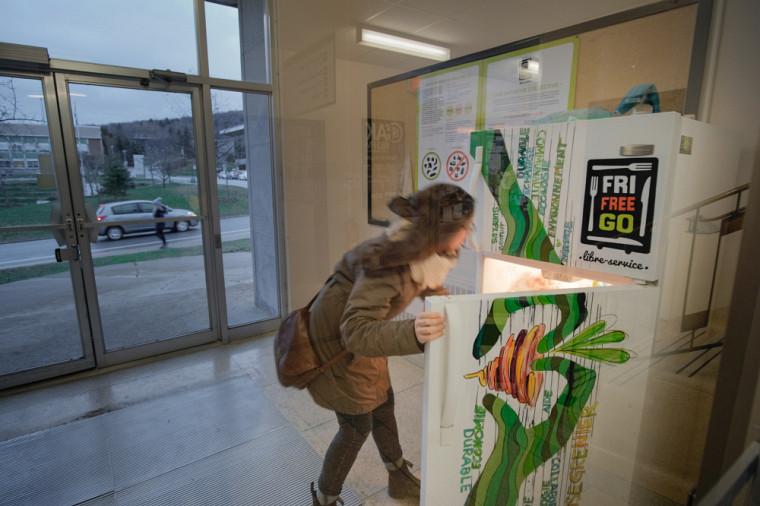 Le Frigo Free Go est situédans l'entrée ouest du Pavillon de la vie étudiante (E1), au Campus principal.
