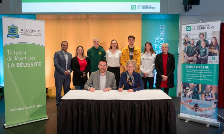La vice-rectrice aux études à l'UdeS, la Pre Christine Hudon, et le directeur général de l'Alliance Sport-Études, Sébastien Fyfe, ont signé une entente de partenariat, le 19 novembre.