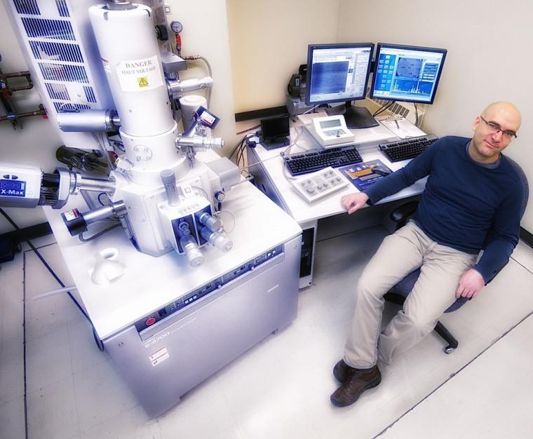 Le chercheur recourt à des équipements de haute précision, dont ce microscope, pour mener ses travaux.