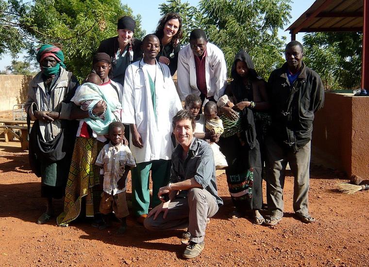 À l'avant, le professeur François Couturier avec des villageois au Mali.
