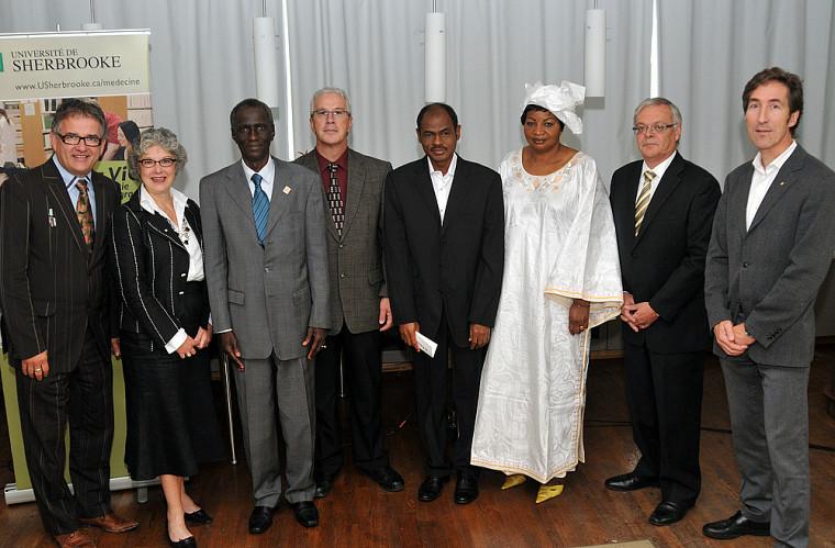 Le doyen Réjean Hébert et la vice-rectrice Jocelyne Faucher, à gauche, ont accueilli plusieurs partenaires du projet lors de sa confirmation le 16 septembre.
