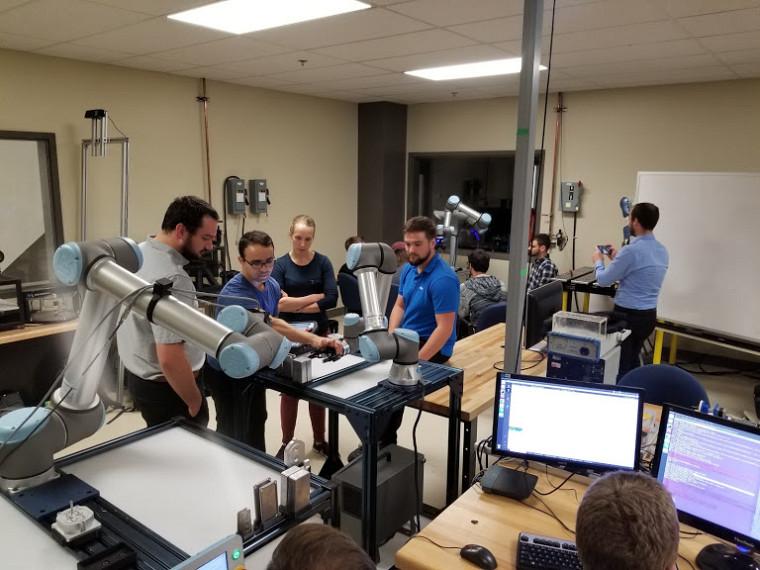 Activité Robot'athlon 2019 à l'ETS. Activité CoRoM dans le but de former les étudiants aux robots UR. Les étudiants avaient une journée pour automatiser l'assemblage d'une pompe.