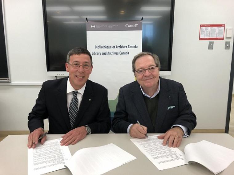 Le Pr Jean-Pierre Perreault, vice-recteur à la recherche et aux études supérieures, etGuy Berthiaume, bibliothécaire et archiviste du Canada, lors de la signature de l'entente.