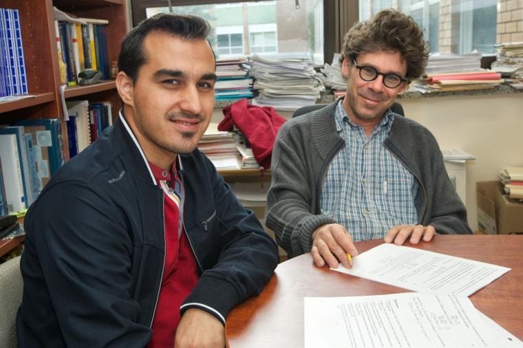 Ehssan Ghashim, diplômé de la maîtrise en mathématiques, et Éric Marchand, professeur au Département de mathématiques de la Faculté des sciences.