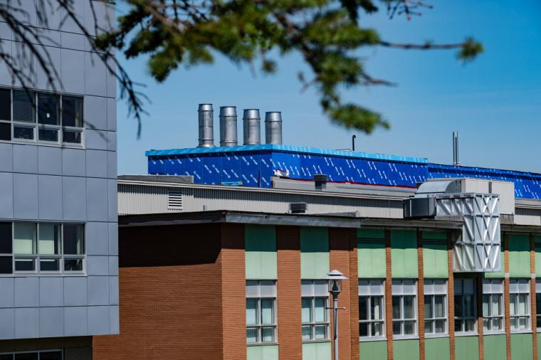Quatre grandes cheminées récupèrent maintenant la chaleur de l'air expulsé des laboratoires de chimie.