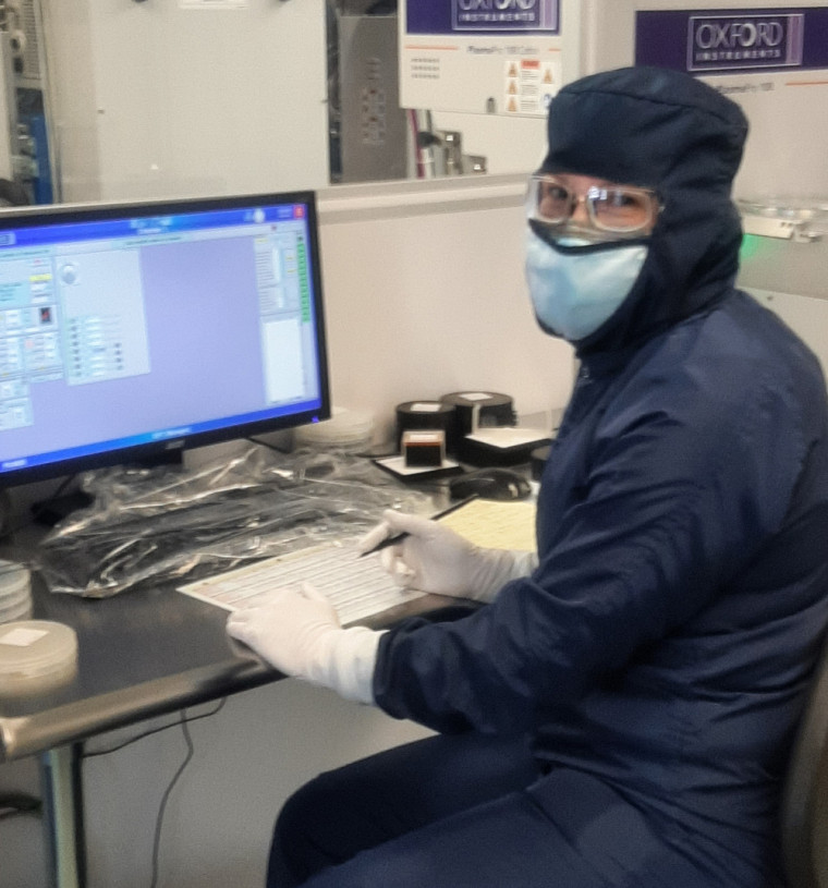 Marie-Josée Gour est en train de tester l'un des nouveaux graveurs dans les laboratoires du 3IT.
