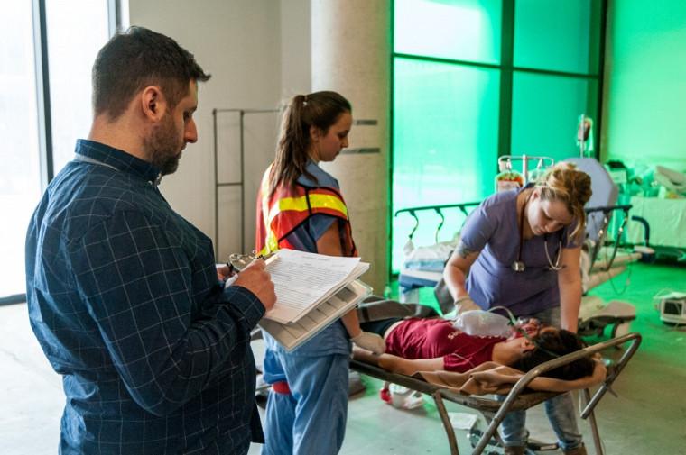 C'est sous l'œil attentif de plusieurs professeurs, chargés de cours et étudiants en sciences infirmières que le groupe d'étudiants s'exécutait lors de la simulation.