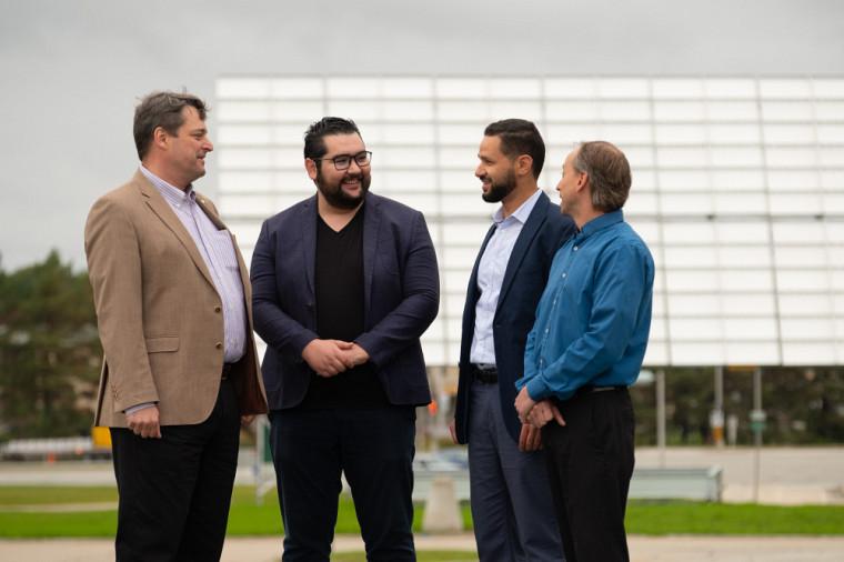 En plus de son mandat de directeur, Richard Arès fait partie de plusieurs équipes de recherche. Ici, il est accompagné de Youcef Bioud, Abderraouf Boucherif et Dominique Drouin, avec qui il avait pour ambition de trouver un moyen de réduire les coûts des cellules solaires tout en maintenant un rendement raisonnable.