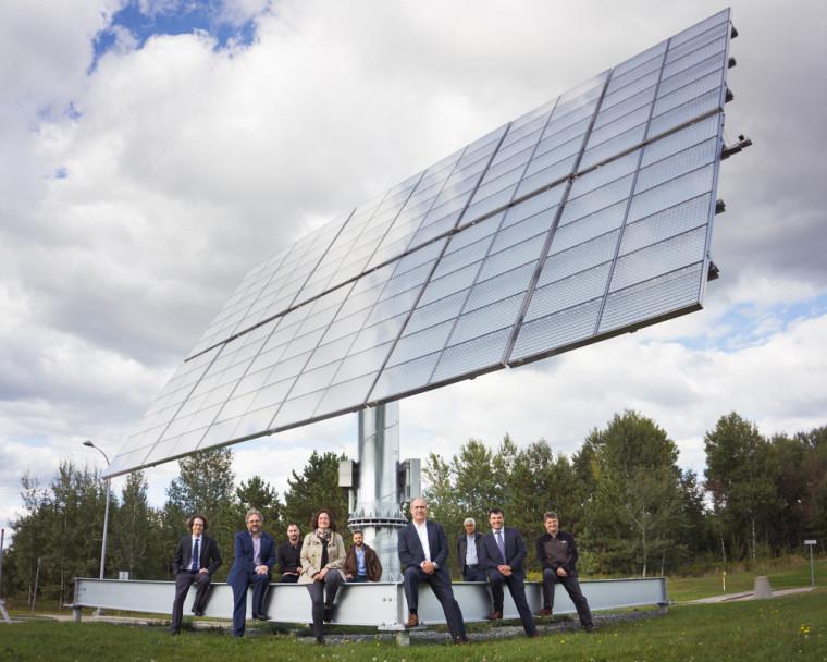 Richard Arès fait partie d'une équipe de recherche du 3IT/LN2 de l'UdeS qui œuvre à développer la prochaine génération de cellules solaires qui réponde aux besoins du marché. Ici, l'équipe est en compagnie du partenaire industriel Stace, un chef de file québécois dans la fourniture de panneaux solaires.
