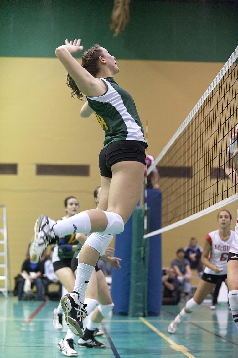 Malgré le travail acharné de Sarah Schaerli, le Vert&Or s'est incliné en cinq sets face au Rouge et Or de l'Université Laval.