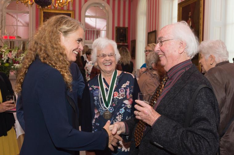 Micheline Dumont et son conjoint,Rodrigue Johnson, en compagnie de la gouverneure générale du Canada, son Excellence la très honorable Julie Payette, lors de la remise des prix le 19 octobre dernier.
