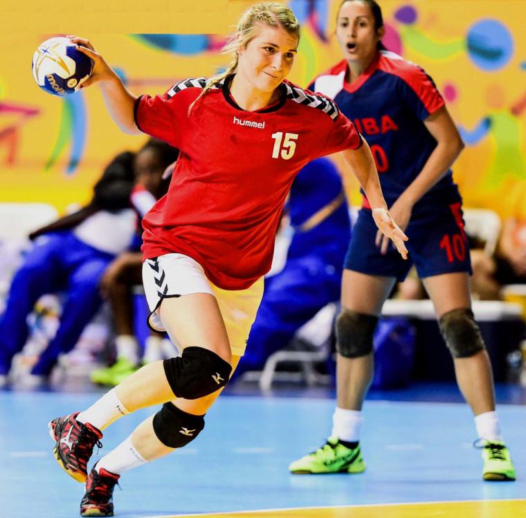 Audrey Marcoux, dans l'uniforme de l'équipe canadienne d'handball.