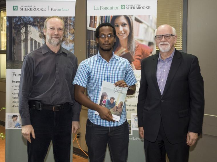 Gabriel Girard, directeur du Département d'informatique, et Marc-André Roy, initiateur du fonds et Ambassadeur de la Faculté des sciences, ont remis la bourse Fonds R3D Conseil inc. à Jean-Pierre Sehi Glouzon, étudiant au doctorat en informatique.