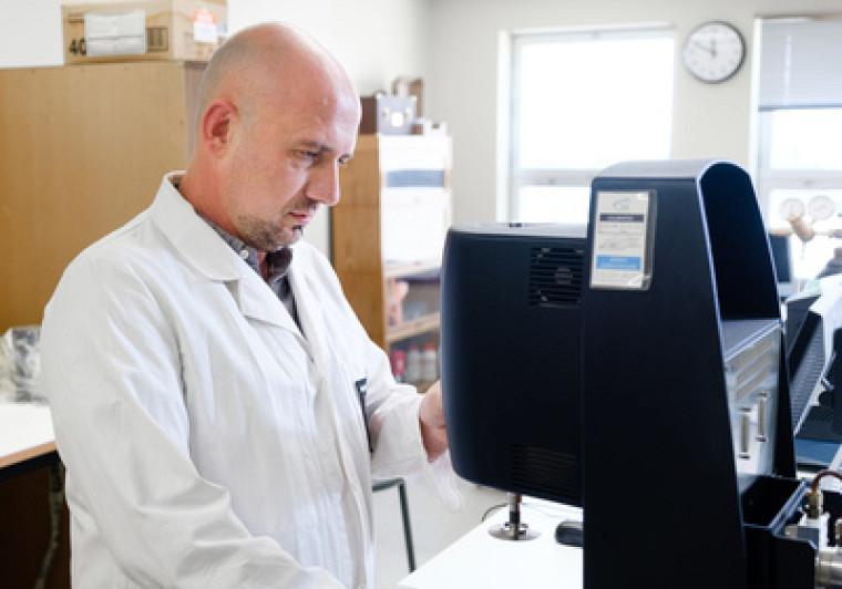 Le Pr Sébastien Poncet avec unappareil pour caractériser la viscosité dynamique de matériaux complexes utilisés pour le transport ou le stockage d'énergie thermique