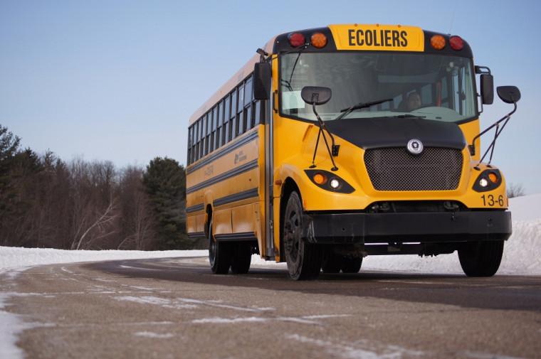 Le premier autobus 100 % électrique et 100 % québécois, produit par les Autobus Lions à Saint-Jérôme, a récemment été acheté par le Commission scolaire de Laval. Il devrait circuler prochainement sur nos routes.