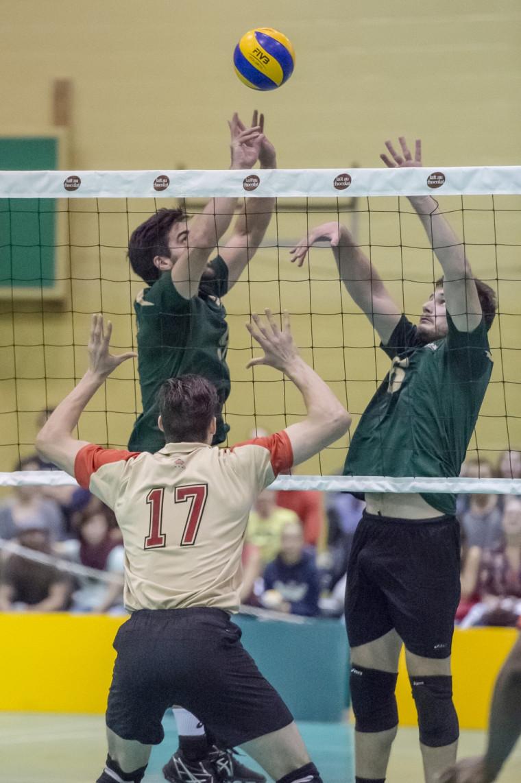 L'équipe masculine de volleyball Vert & Or a vaincu le Rouge et Or pour la première fois depuis 2006.