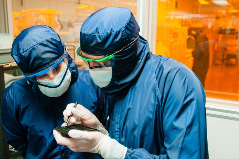 L'efficacité maximale certifiée par le laboratoire Fraunhofer ISE, en Allemagne, est de 33,8%, résultat qui est impressionnant considérant la taille minuscule de la cellule solaire.