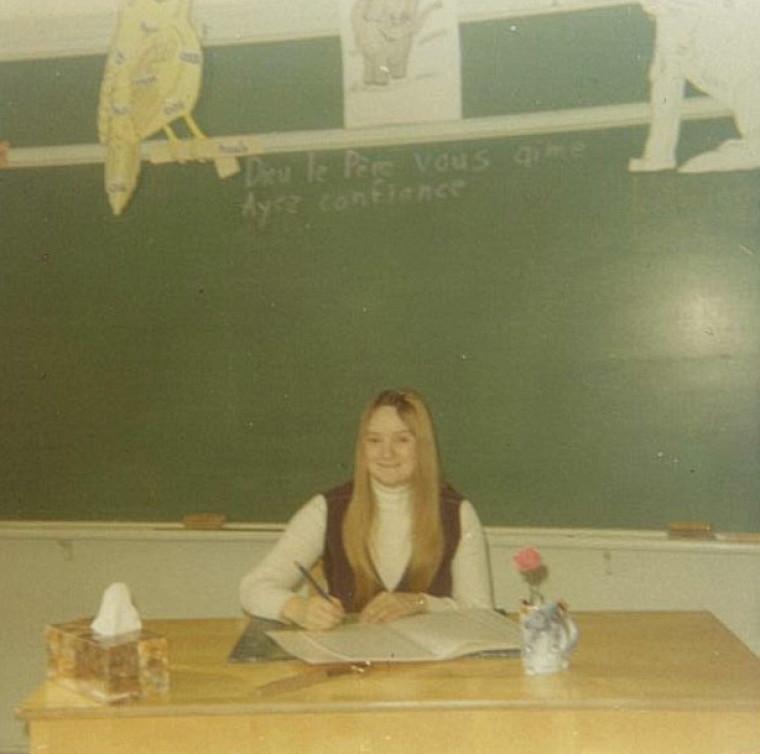 Mme Marcoux à son premier jour de classe en tant qu'enseignante à Saint-Jean-Baptiste-Vianney, en 1970.