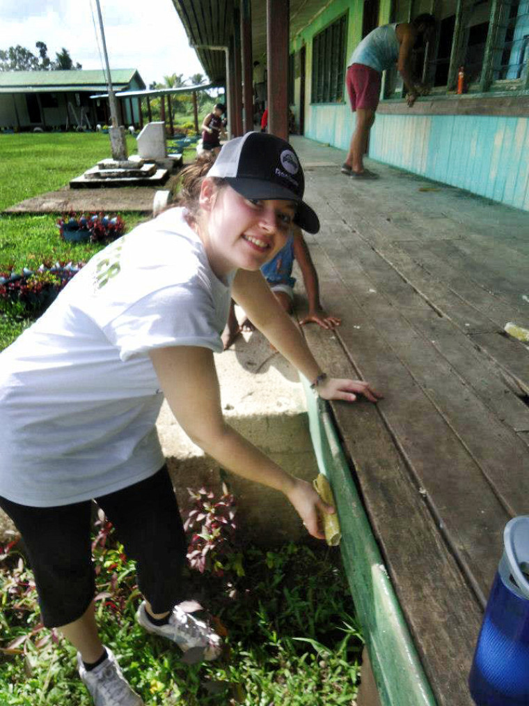 Roxanne Bédard procède au sablage de l'école.