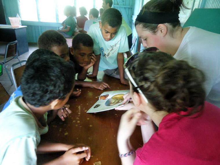 Roxanne Bédard en animation avec les enfants.