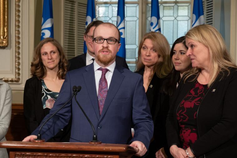 Guillaume Bourbeau à l'Assemblée nationale, lors du point de presse entourant le dépôt du projet de loi contre l'obsolescence programmée, en avril 2019. (Photo prise avant l'entrée en vigueur des mesures de distanciation.)