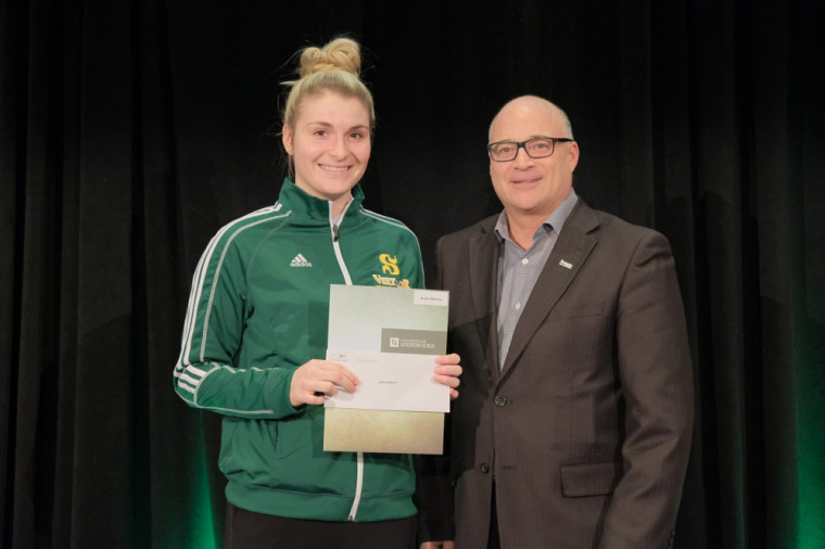 La finissante Audrey Marcoux a reçu la bourse Excellence sportive Sherbrooke des mains du président de l'organisme, Pierre Tremblay.