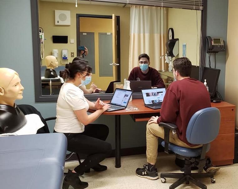 Une quinzaine de duos d'étudiantes et d'étudiants de 1reannée en médecine attendaient les quelque 300personnes participantes pour les initier aux diverses méthodes pédagogiques utilisées au programme de doctorat en médecine de l'UdeS.
