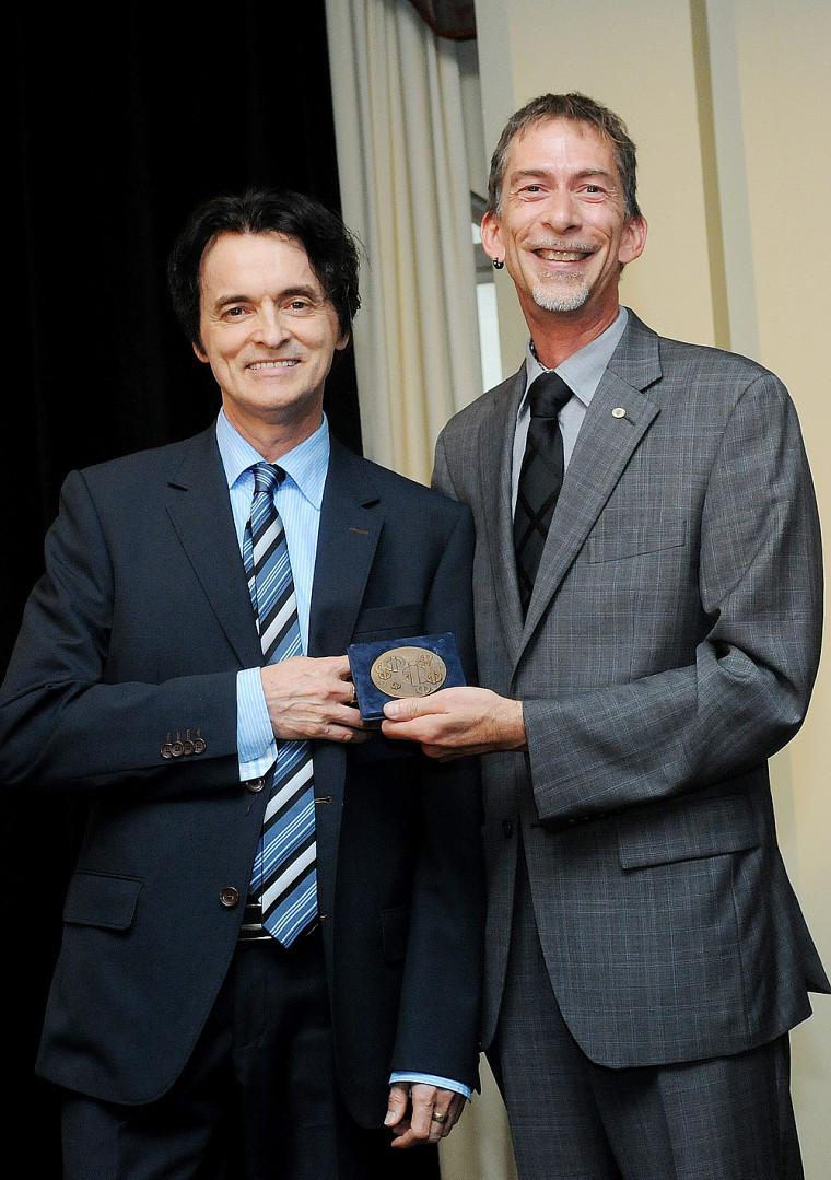 Le conseiller d'orientation Réginald Savard, professeur à l'Université de Sherbrooke, reçoit le Mérite du Conseil interprofessionnel du Québec des mains du secrétaire du CIQ, Claude Leblond, t.s.