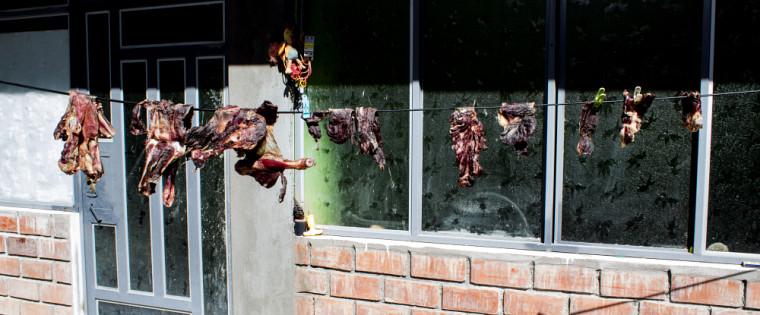 Viande séchant sur une corde à linge
