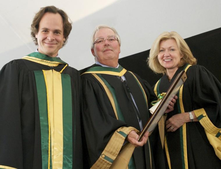 Le professeur émérite Jacques Auger entouré du doyen de la Faculté de droit Sébastien Lebel-Grenier et de la présidente du CA de l'Université de Sherbrooke Lynda Durand.