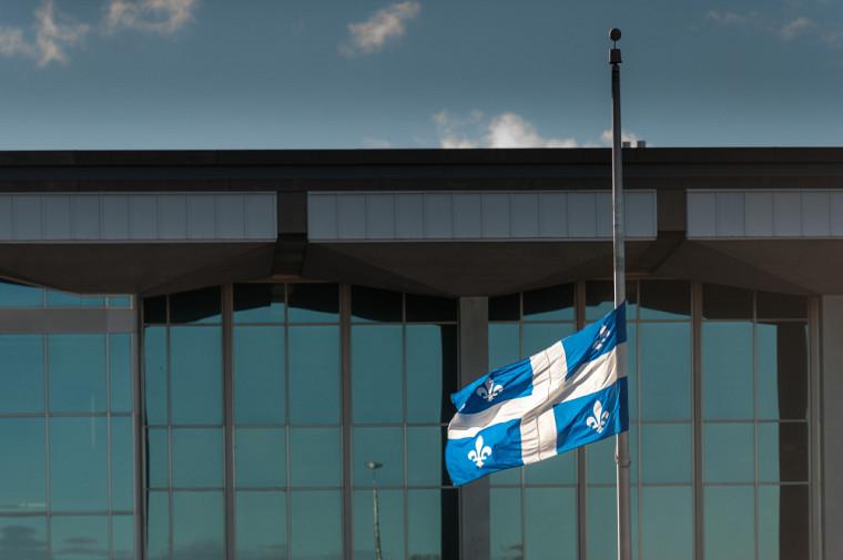 Par la mise en berne de son drapeau, l'UdeS affirme sa volonté de contribuer à la guérison et à la réconciliation.