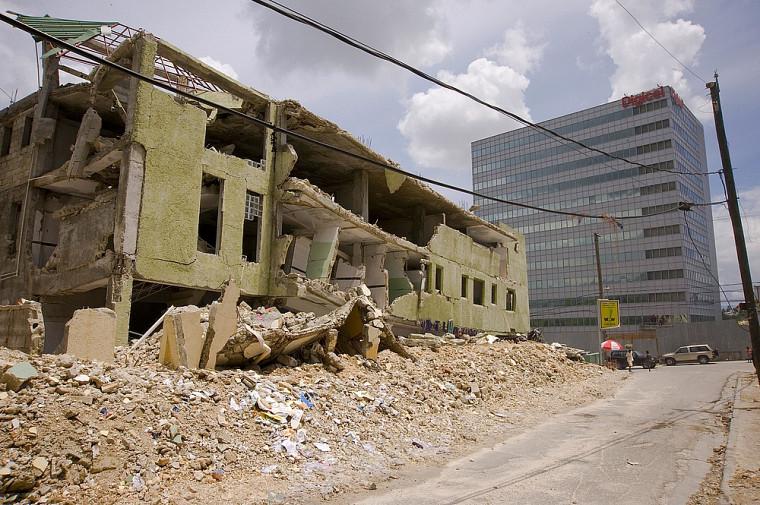 Contraste évident entre un hôpital totalement effondré lors du tremblement de terre de janvier et le bâtiment de 12 étages de la compagnie de téléphone Digicel.