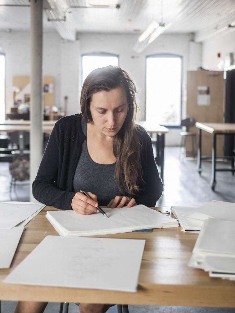 L'artiste au travail dans l'atelier du centre en art actuel Sporobole.