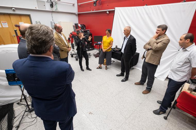 La Pre Isabelle Lacroix aux côtés d'autres professeurs-chercheurs du 3IT, lors d'une visite du président-directeur général du CNRS, Antoine Petit.Photo d'archives, prise avant l'entrée en vigueur des mesures sociosanitaires actuelles.