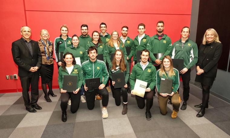Des représentantes et représentants des équipes et clubs sportifs Vert & Or, en compagnie des trois membres de la direction de l'UdeS.