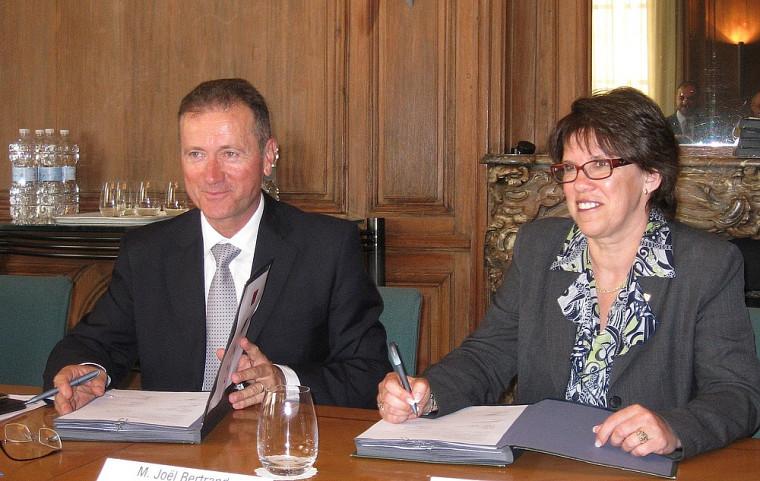 Joël Bertrand, directeur général délégué à la Science, et Luce Samoisette, rectrice de l'Université de Sherbrooke, lors de la cérémonie de signature.