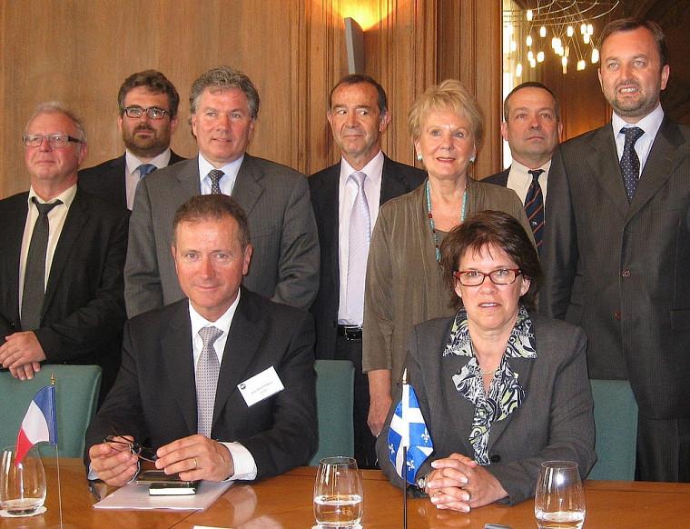 Plusieurs dignitaires ont pris part au lancement du nouveau laboratoire, dont le professeur Vincent Aimez (2eà l'arrière) et la ministre Monique Gagnon-Tremblay (5eà l'arrière).