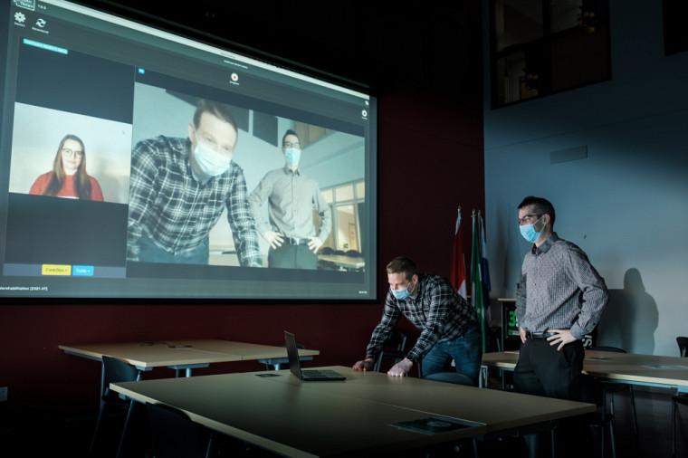 Simon Brière et Dominic Létourneau, créateurs de la plateforme OpenTera, devant l'interface des séances synchrones.