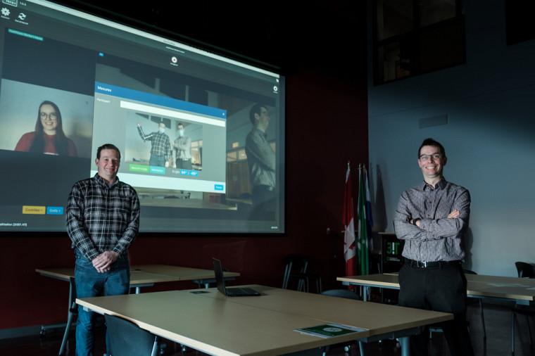 OpenTera offre plusieurs fonctionnalités, dont la mesure d'angles articulaires en trois points. Sur la photo, l'angle du bras de Simon Brière sur l'écran est mesuré.