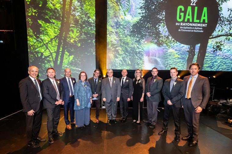 Les 9 lauréates et lauréats accompagnés du recteur, le Pr Pierre Cossette, et du président du conseil d'administration de l'UdeS, Vincent Joli-Coeur