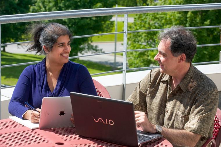 Récemment embauchée grâce aux médias sociaux, Zahra Badaroudine a réalisé son mémoire sous la direction du professeur Claude Caron.