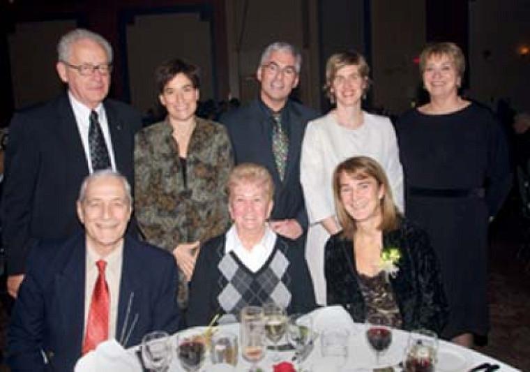 France Saint-Louis (à droite) et ses parents sont entourés d\'une délégation de la FEPS, composée de Georges B. Lemieux, Brigitte séguin, Jean-Pierre Brunelle, Isabelle Dionne et Lise Lemieux.